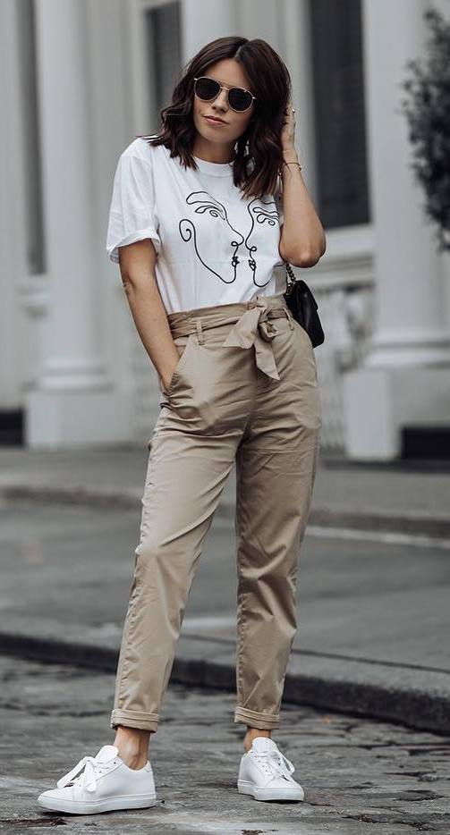 how to style a pair of white sneakers : bag + printed tee + beige pants
