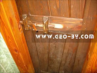 Стилизованная под старину дверь в Дудутках