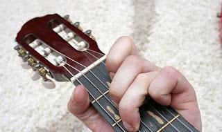 cara bermain gitar bagi pemula