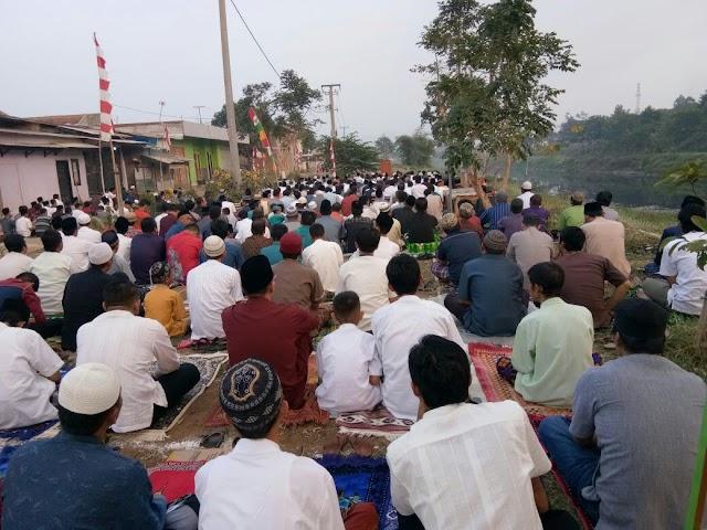 Subhanallah, Ribuan Warga Sholat Ied Di Bantaran Sungai Citarum