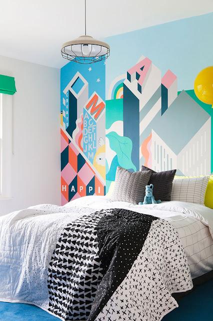 Desene colorate pe perete in dormitor