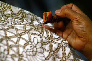 Batik yakni seni gambar di atas kain untuk pakaian yang dibuat dengan teknik resist meng Materi Sekolah    Pengertian Batik dan Jenis Batik