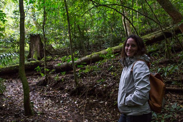 Lena en los senderos del Cloud Forest Lodge