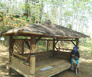 Gubuk artistik di Kampung Topeng, Malang