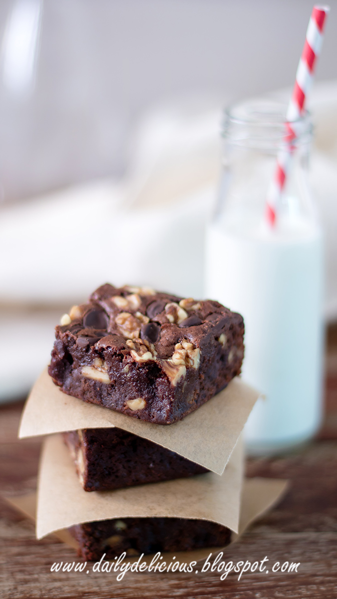 dailydelicious: Chocolate chips and Walnut brownies
