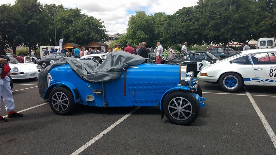 Voiture ancienne vintage bleu