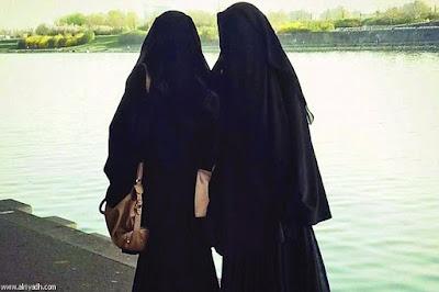 2 wanita bercadar lagi selfie