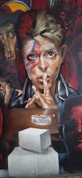 O Alex έβαλε τον Νταβίντ Μπαουη  στη θέση της Γκαγκα.Στο γκράφιτι των καλλιτεχνών στη στοά Χόλιγουν