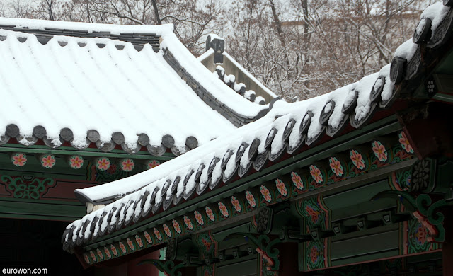 Tejados de palacio coreano con nieve