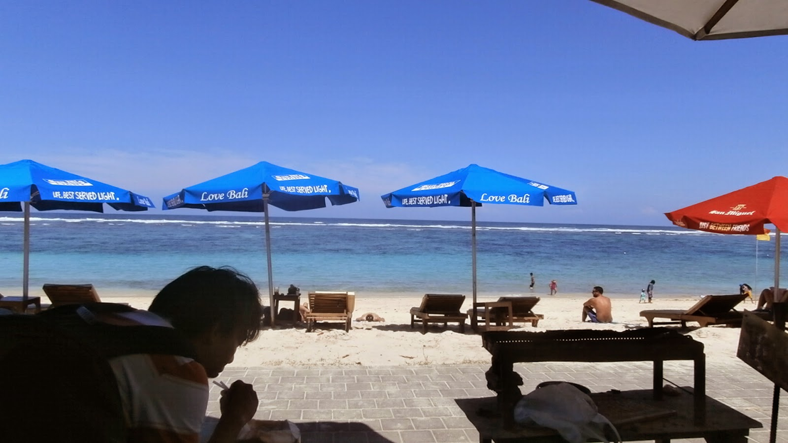 Menikmati es kelapa dan kacang bali di pantai Pandawa, Bali