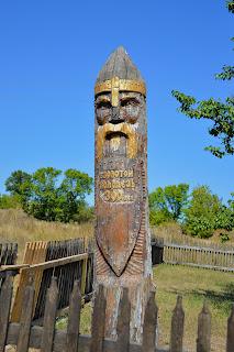 С. Золотий Колодязь. Дерев'яна скульптура воїна на території історико-культурного комплексу