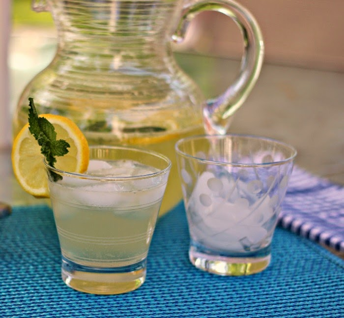 Sparkling Mint Lemonade: Refreshing and not too sweet!  #drinks #lemonade