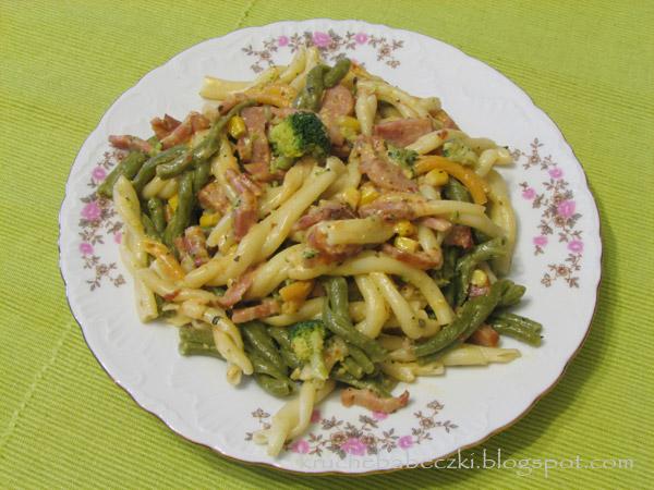 Makaronowe wariacje z boczkiem i sosem śmietanowym :)