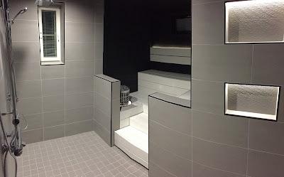 mustavalkoinen sauna, harmaa kylpyhuone, valkoiset lauteet, musta saunapaneeli,laattalista musta, Siparila saunapaneeli, rakennusblogi, Unelmista toteutukseen blogi