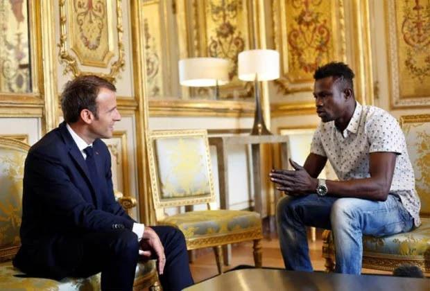 """Premiaron con darle nacionalidad francesa al Spiderman Africano """"sin papeles"""""""