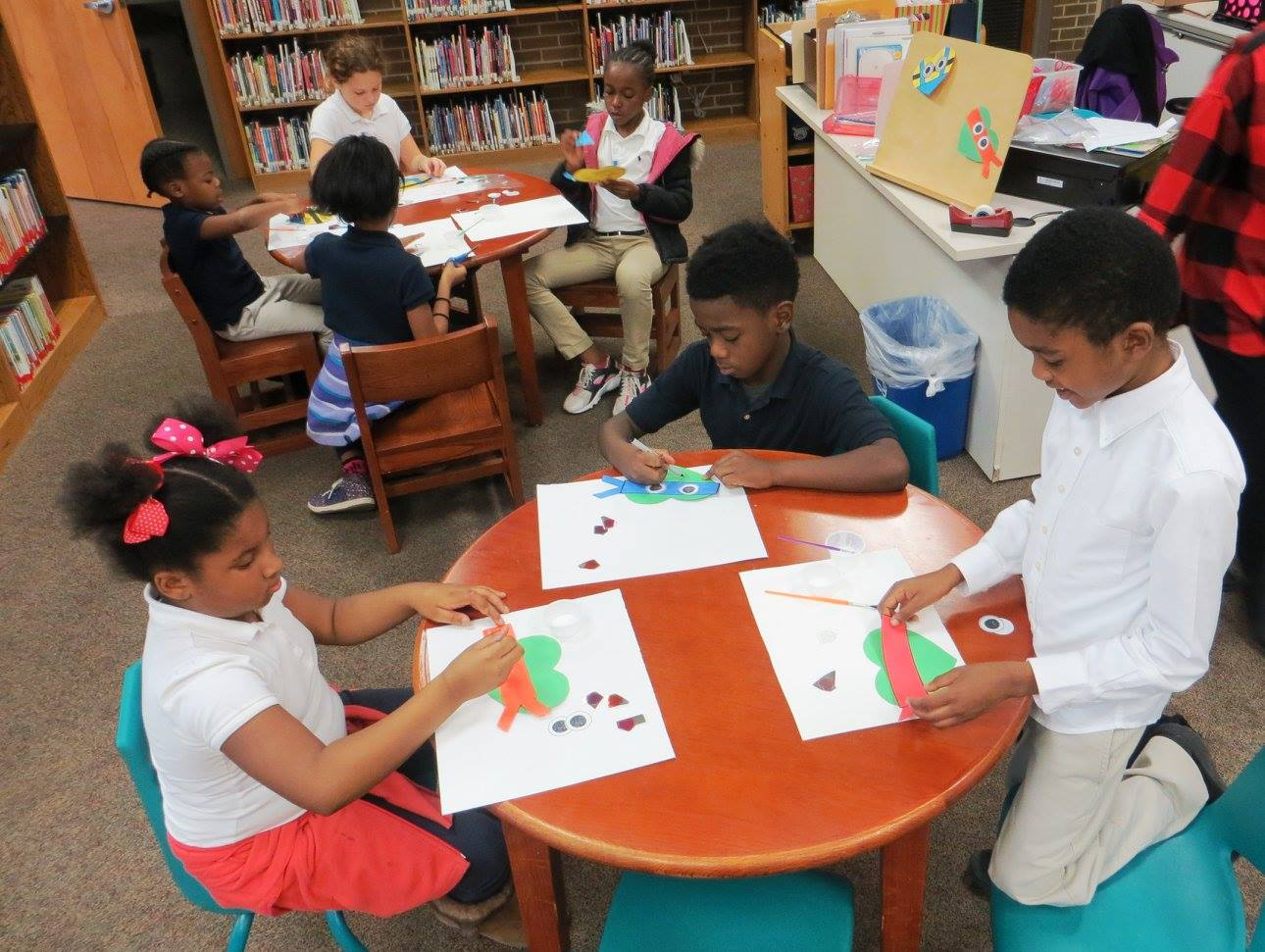 photo of kids at Avondale library making valentines