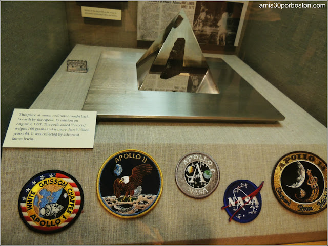 Roca Lunar e Insignias de la Nasa