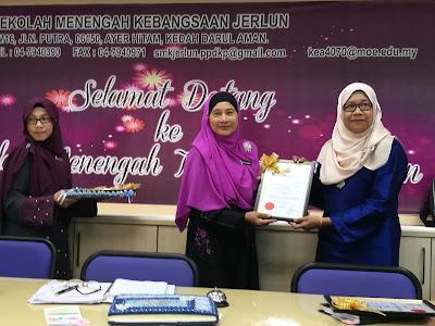 Pengetua SMK Jerlun, Puan Rubiah menyampaikan sijil penghargaan kepada pegawai SISC+, Datin Rozina