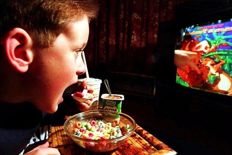Hiç girilmeyen yemek odaları mevcuttur, çoğu Amerikalı yemeğini oturma odasındaki televizyon karşısında yemektedir.