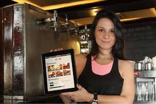 Gerente da Albanos, Roberta Girão, com o iPad: cardápio digital traz até receitas