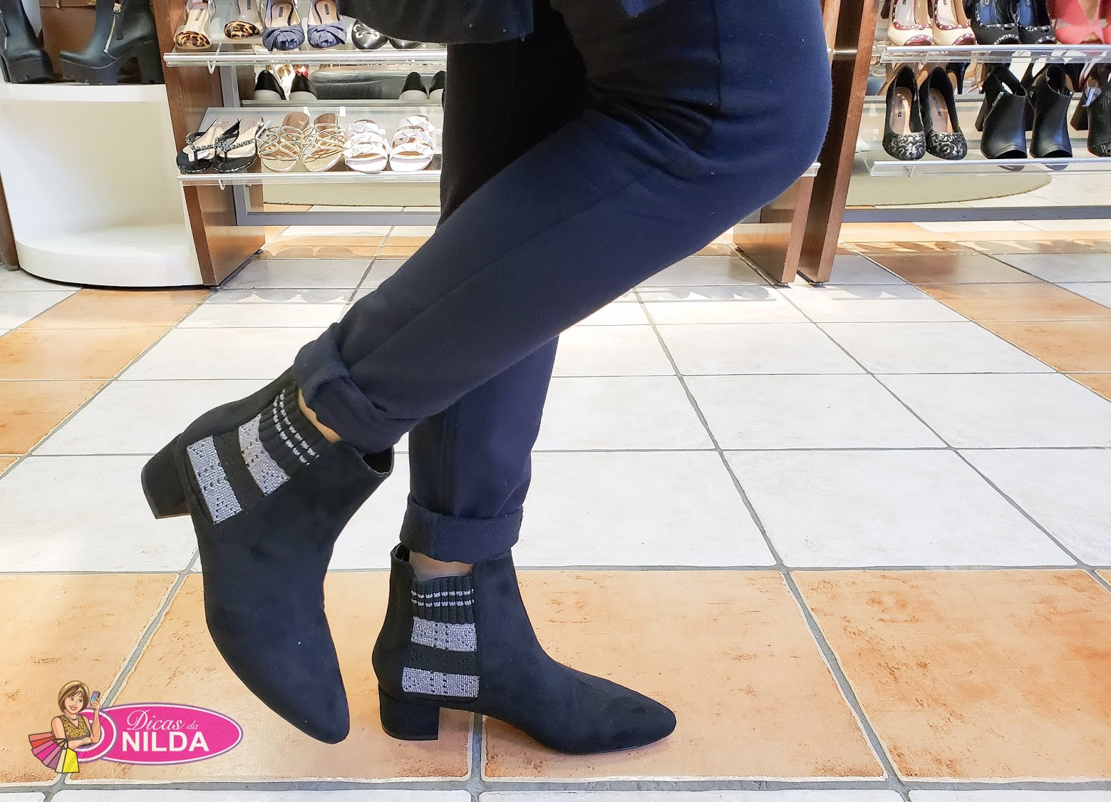 256dd8cfa Essa bota tem o mix de tecidos - couro + tecido elástico. Fácil de calçar e  muito confortável.
