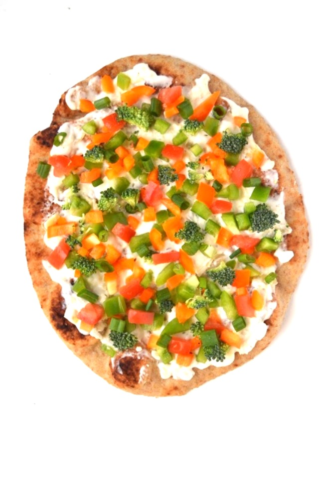 This Veggie Artichoke Flatbread makes the perfect appetizer with tons of flavor, nutritious vegetables and a creamy jalapeno artichoke sauce! www.nutritionistreviews.com