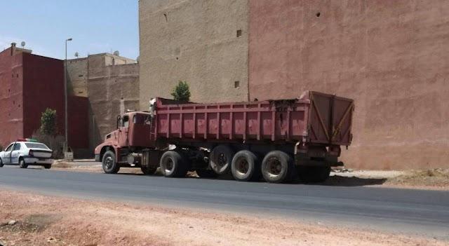 السلطات توقف شاحنة ممتلئة بفضلات الدواجن ،، السبب الرئيسي في الروائح الكريهة ببرشيد
