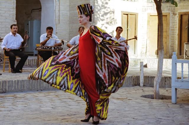 Ouzbékistan, Boukhara, danse, soie ikatée, atlas, © L. Gigout, 1999
