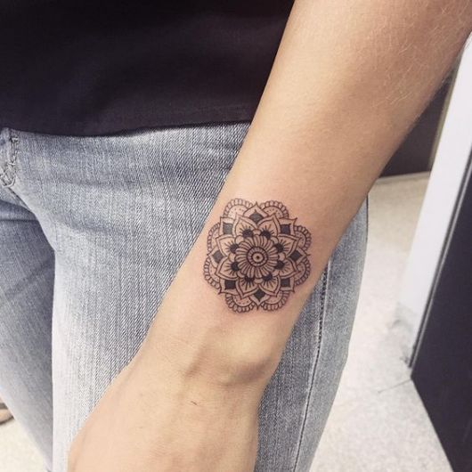Tatuagens femininas de mandalas