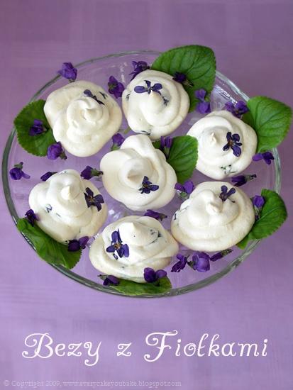 ciastka bezy z fiołkami