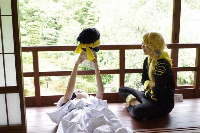 Cosplay - zdjęcie pokazujące jak wykonano fotografię siedzącej dziewczyny z anime