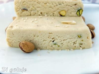 Chałwa sezamowa z pasty tahini (z pistacjami i płatkami migdałowymi)