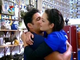 Romance invade a sede e rolam os primeiros beijos