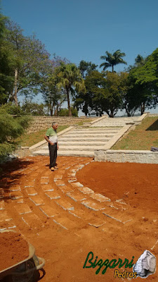 Dia 15 de setembro de 2016, Bizzarri visitando a sede da Fazenda em Atibaia-SP, onde estamos construindo a escada de pedra folheta, os caminhos de pedras com as ruas de pedrisco e muretas de pedras e execução do paisagismo.