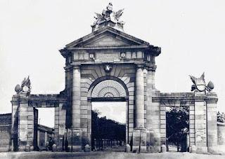 La puerta original, con las esculuras de Francisco Gutiérrez y la rejería que tenía rejería en el arco.