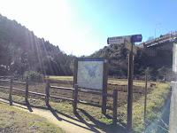 田んぼの脇に鎌倉トレイルの看板