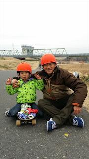 小顔仕上げのスケートボードヘルメット。 ダイヤル調整ゴッサム!