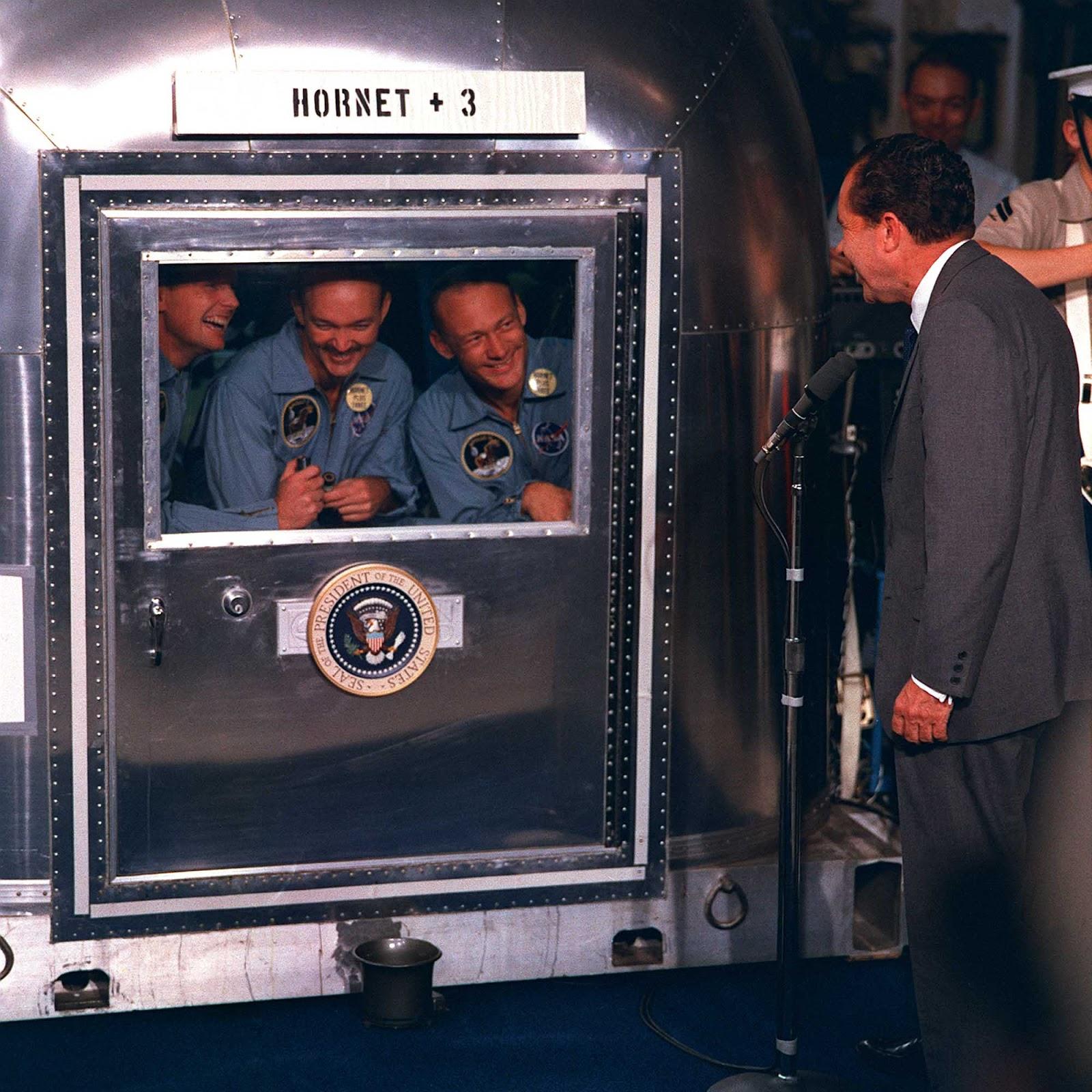El presidente Nixon saluda a los astronautas que regresaron del Apolo 11, 1969.