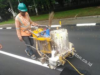 aplikasi cat marka jalan dengan material termoplastik