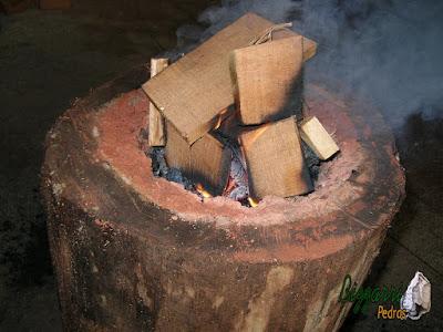 Detalhe do fogo na madeira onde o fogo vai afundando e vai formando o pilão de madeira onde eram colocado os milhos para fazer o fuba, o amendoim para fazer as paçocas e o arroz para ir descansando.