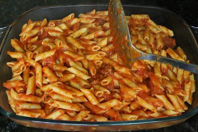 Preparación de macarrones con tomate, chorizo y queso
