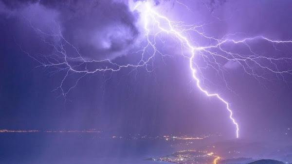 Σφοδρές καταιγίδες στην Αττική -Χαλάζι στα βόρεια προάστια, απίστευτες εικόνες