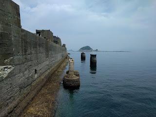 軍艦島の城壁部分と海
