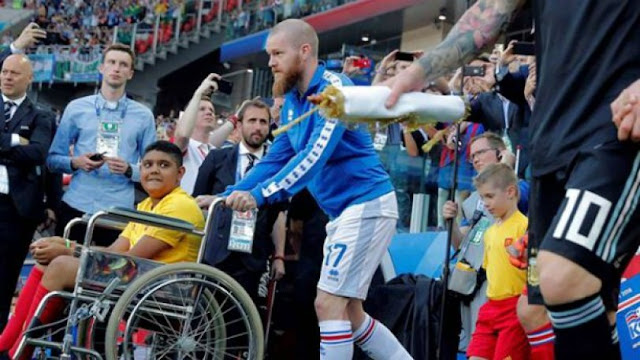Αυτό που έκανε ο αρχηγός της Ισλανδίας δίπλα στον Μέσι είναι το πραγματικό ποδόσφαιρο