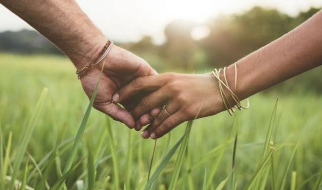 Kekuatan Genggaman Tangan yang Bisa Redakan Rasa Sakit