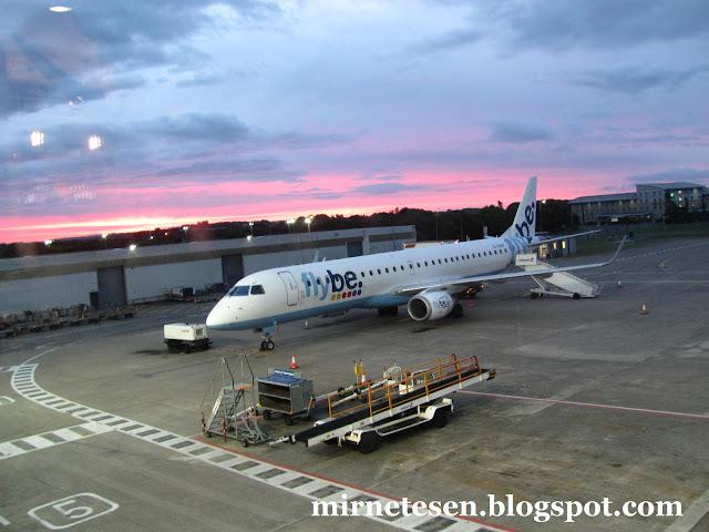 Самолёт Flybe в аэропорту Кардиффа