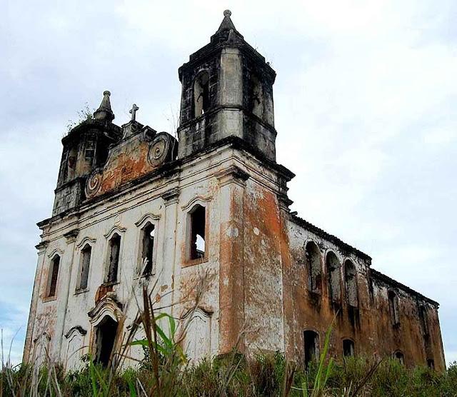 Igreja de Nossa Senhora de Nazaré, São Cristóvão. Abandonada como muitas outras, mas o que importa é o bioma!