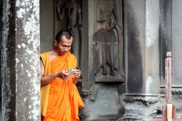 Moine consultant son smartphone. Photographie par Rory (CC)
