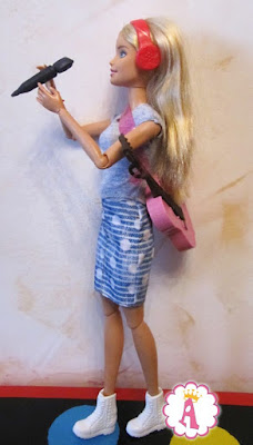 Кукла барби с гитарой и микрофоном в руках