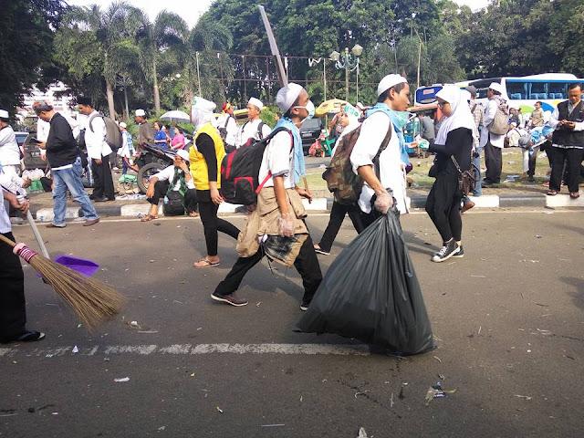Foto-foto Masa Demo Bersihkan Sampah
